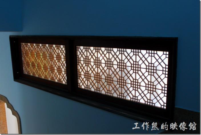 台南安平-運河路7號-創意市集 民宿。為了增加樓梯間的採光,牆壁上做了一個透光的玻璃窗花。