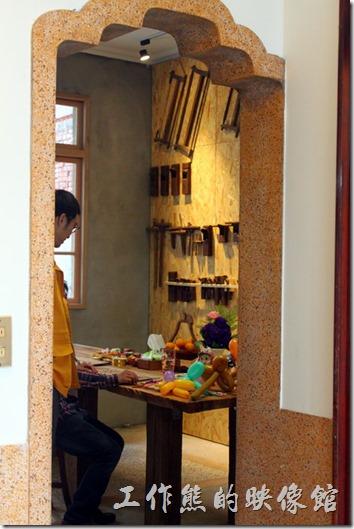 台南安平-運河路7號-創意市集+民宿。這是一樓前後間的門,是不是很有特色。