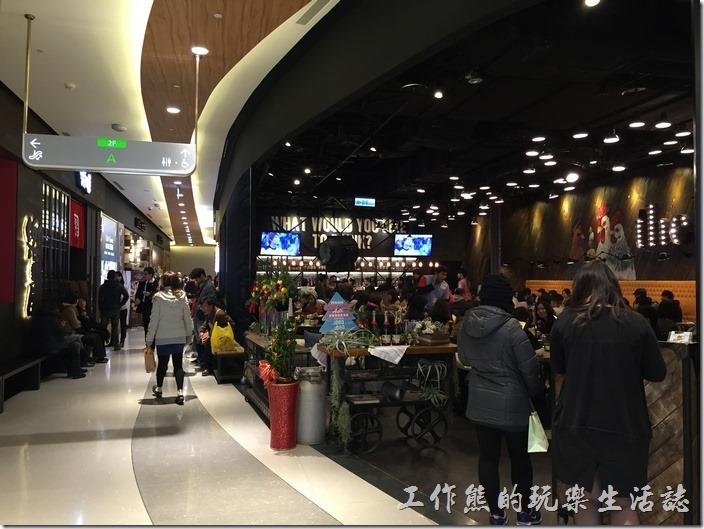 中國信託南港總部A棟二樓已經開放的餐廳,中午時分一位難求,晚上門可羅雀。