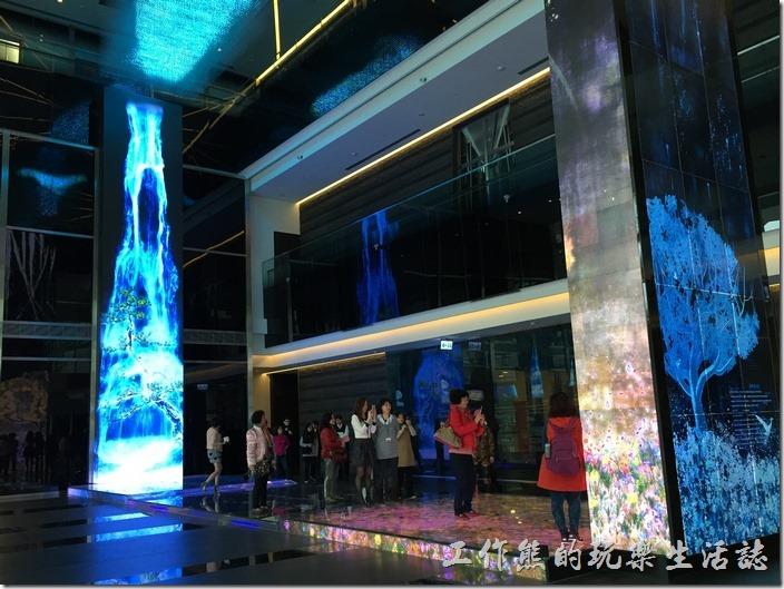 南港-中信總部-A棟一樓的互動光牆,一邊是瀑布影像,與鯉魚嬉戲,一邊是美麗的花草與繽紛的花朵隨波逐流。