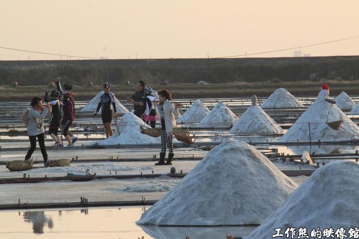 井仔腳瓦盤鹽田這裡可以讓遊客親自體驗挑鹽、曬鹽的樂趣。