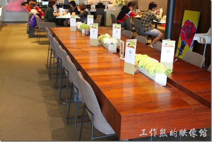 台南-地球咖啡烘培美食-早午餐。地球咖啡府前店的空間非常寬敞,一般來說不怕沒有位置坐,二樓還有更大的空間。