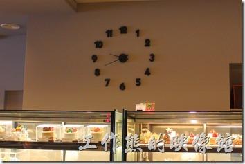 台南-地球咖啡烘培美食-早午餐。地球咖啡府前店的牆上有【PANARE】幾個大字以及一個大時鐘。