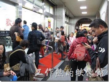 台南-小豪洲沙茶爐。小豪洲的外面滿滿的等著用餐人潮。