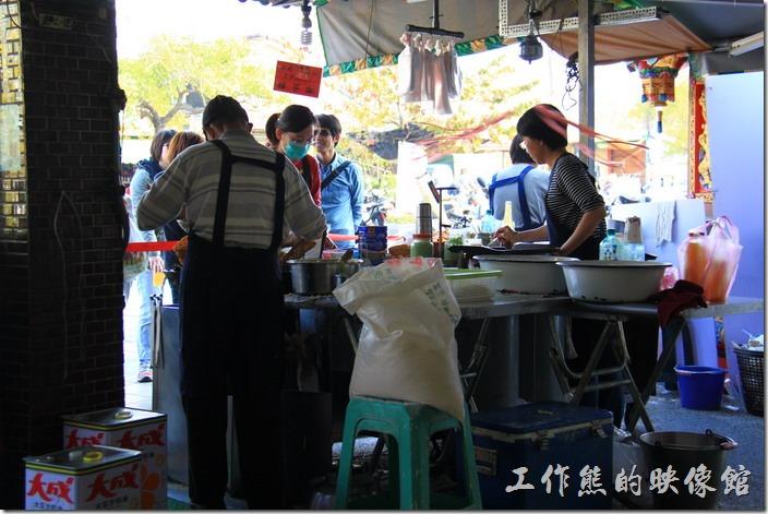 台南-東興蚵嗲。左手邊的老爺爺正熟練的製做蚵嗲並且下鍋油炸。