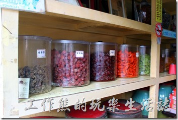 安平老街上的林永泰興蜜餞百年老店內的蜜餞。
