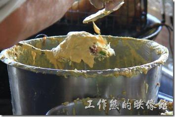 台南東興蚵嗲的製做過程。先在鏟子上裹上一層麵皮,然後放在高麗菜、豆芽、芹菜及韭菜等配菜,然後才放上鮮蚵,最後在淋上麵皮把整個蚵嗲包起來,抹平後下油鍋油炸。