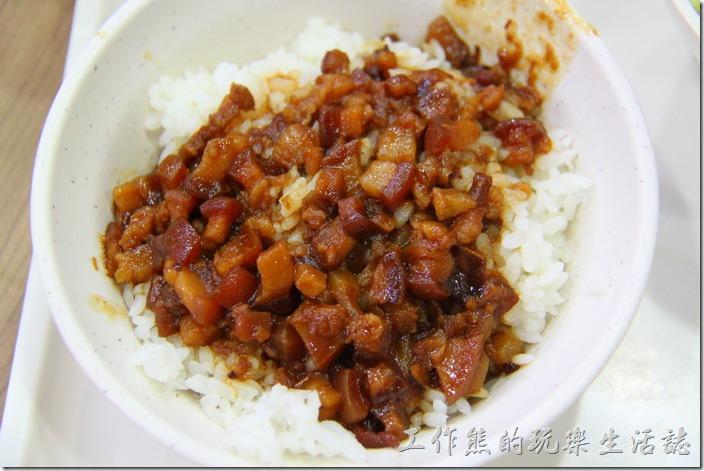 台南-周氏蝦卷。香菇肉燥飯,NT$20。這肉燥飯真的不是周氏蝦捲的強項,倒也不是難吃,而是台南有太多比它好吃的肉燥飯,好吃的肉燥飯光看米飯上泛著油光就夠讓人流口水了,而且吃起來還要有豬皮及豬肉綜合的Q彈感。