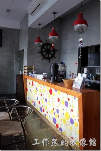 「發現號祕境民宿(Discovery)」的一樓櫃檯及餐廳的空間也都被設計模擬成有輪船上空間。