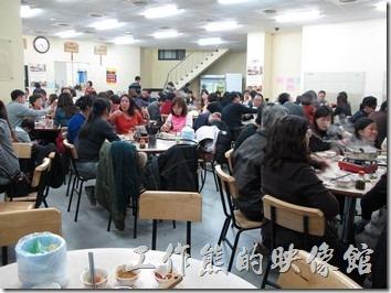 台南-小豪洲沙茶爐。用餐完畢約20:40,怎麼我們已經吃飽了,隔壁兩桌都還沒吃飽,看來戰鬥力真的輸給人家太多了,趕快離場給外面排隊的其他客人吧。