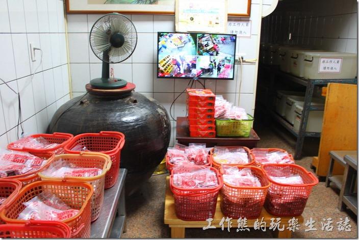 安平老街上的林永泰興蜜餞百年老店內有個好大的甕缸,不知道是不是拿來作蜜餞用的,不過我相信蜜餞工廠不會在這裡。