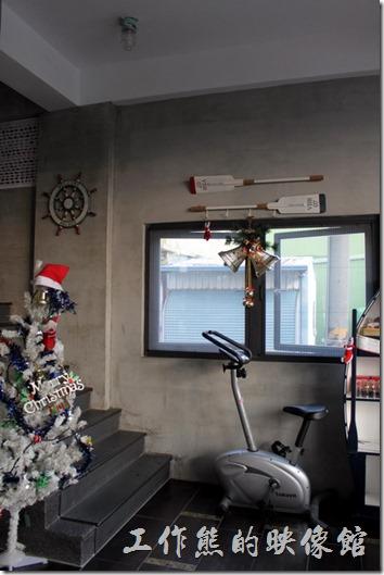 屏東林邊與東港「發現號祕境民宿(Discovery)」的櫃檯前餐廳與交誼廳的照片。