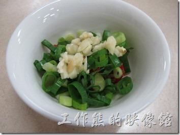 台南-小豪洲沙茶爐。在櫃台沾料的旁邊有青蔥、辣椒、蒜頭等三種配料,可以由客人任取,而且這裡的沙茶醬一定是上下兩個碗裝著,一個碗是給客人吃火鍋喝湯用的。
