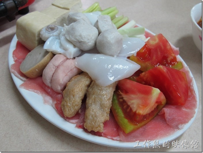 台南-小豪洲沙茶爐。這裡是兩份的豬肉沙茶爐,還有番茄、花枝、豆腐、芹菜、大蔥、魚丸、黑輪、冬粉...等配料。