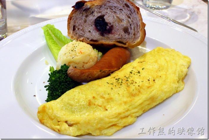 台南-地球咖啡烘培美食-早午餐。B餐的主菜,蘑菇燻肉起士蛋捲,半條德國香腸、手感麵包、洋芋泥。