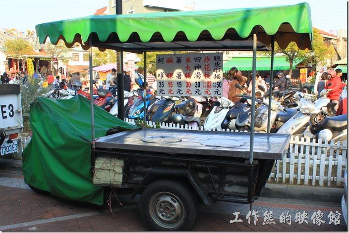 東興蚵嗲原來的餐車現在停在店面的附近。