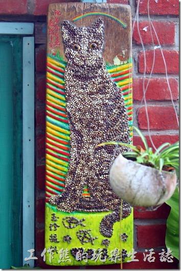 台南-安平老街。逛過了安平老街後,建議可以稍微鑽一下這裡狹小的巷弄,說不定會有些意外的驚喜。這兩隻貓用的是洗衣板上面黏上胭脂花植物的種子。這裡是胭脂巷的「花貓在顧店」,一個有趣的地方,真的沒有店員,偶爾會有貓咪過來看店。
