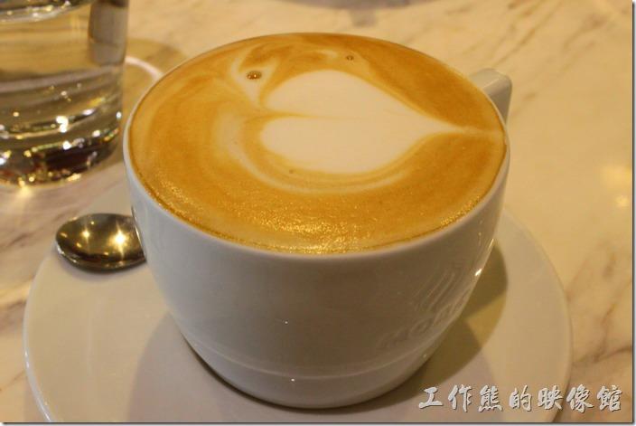 台南-地球咖啡烘培美食-早午餐。焦糖熱拿鐵,當天不知道是那根筋不對勁,平常就不喝有糖的咖啡,居然衝動的店了一杯焦糖拿鐵,對我來說喝起來真的太甜了。