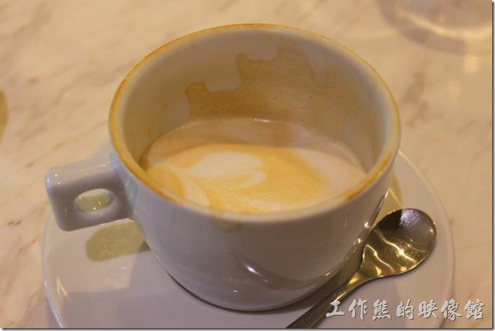 台南-地球咖啡烘培美食-早午餐。這是拿鐵咖啡喝完後的杯子,可以看得出來豆子應該是屬於淺烘培到中度烘培之間,對我來說真的沒有什麼咖啡味。