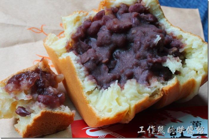 萬丹紅豆餅。左邊較小的是「老李紅豆餅」,右邊較大的是「萬丹采風社紅豆餅」,感覺右邊的紅豆餡比較綿密,餅皮也比較向雞蛋糕,左邊的紅豆則粒粒分明。