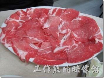 台南-小豪洲沙茶爐。額外加點的豬肉片比起原來套餐裡的漂亮了許多,感覺上也比較好吃,我想應該是豬的部位不一樣吧!