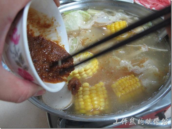 台南-小豪洲沙茶爐。也可以考慮直接把沙茶倒進火鍋內一起煮,這樣會更有味道。