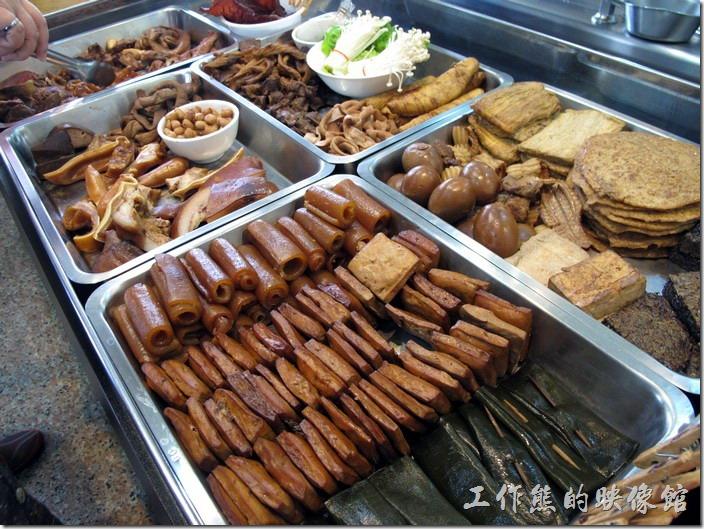 台南-茂爸的麵。這裡有滿滿的滷味小菜,愛吃什麼就點什麼。