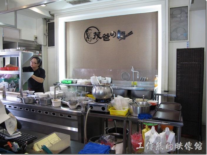茂爸的店安平分店的廚房,其實就跟麵攤類似,但廚房全部採用不鏽鋼廚具,所以看起來還蠻乾淨的。