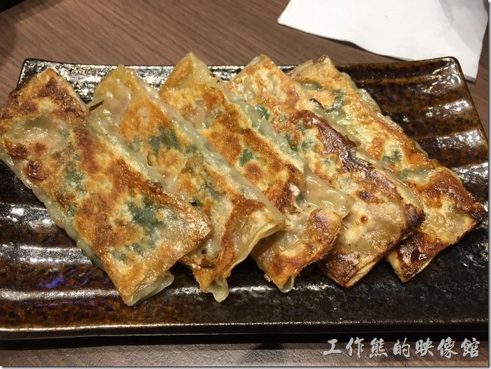 台北南港-樂麵屋。紫蘇煎餃(5個),NT$80。這煎餃真的非常的特殊,當初只看到照片有煎餃就給它點下去了,一口咬下後,嗆鼻的味道馬上搶佔整個腦袋,原來還以為是九層塔的味道,但又不像,慢慢地才體會過來裡面包的原來是「紫蘇」,真的是好特別的煎餃!習慣就好了,第二口就順口多了,不過吃過了這麼重口味的煎餃,後面的一口餃就顯得有點給它可惜,因為風采都被搶走了。