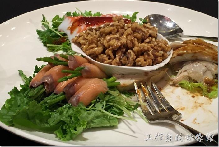 台北-維多麗亞酒店。鴻圖大展四式盤,煙燻鮭魚包蘆筍、白斬雞、核桃、章魚片。