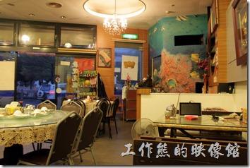 東港國珍海產店的餐廳內景象。