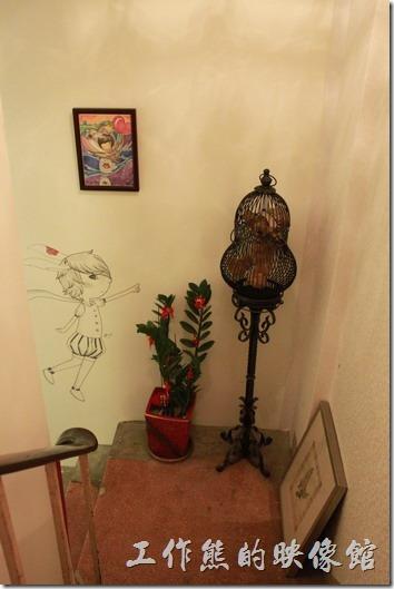 台南-沛里歐咖啡館。一樓到二樓樓梯轉角處的擺飾,葫蘆型的籠子裡養了一隻布偶熊,樓梯其實有點窄,所以如果行動不便者,建議待在一樓就好。
