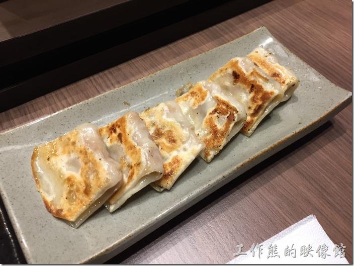 台北南港-樂麵屋。東京一口餃(6個),NT$60。真的是一口就可以吃一個,連小朋友都可以一口一個,豬肉內餡,感覺還不錯,就是有點貴,一小口要NT$10。