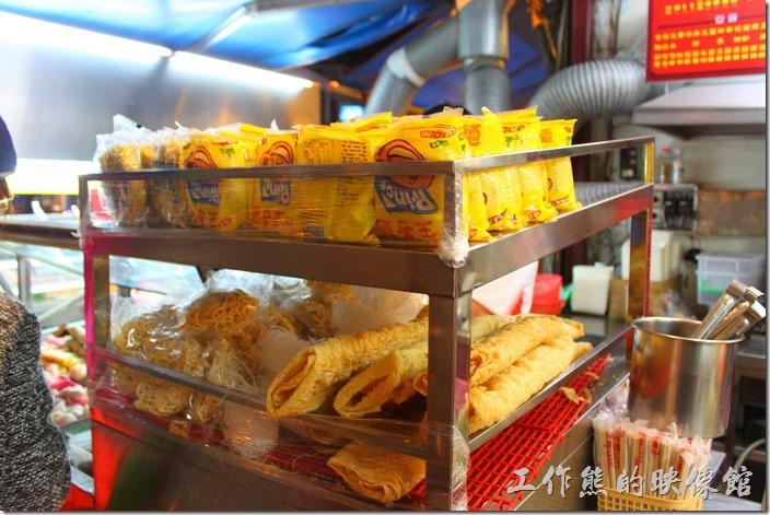 墾丁-一品滷味。還有王子麵泡麵可以下菜,就是大陸稱的方便麵,在台灣可是很流行用這王子麵或科學麵當滷味下菜呢!(王子麵與科學麵是台灣很早期的泡麵(方便麵),當時泡麵的調味包還不發達,就只有清湯掛麵及一包有著鹽巴、味精、香料的調味包,後來大家乾脆拿來「乾吃」,沒想到乾吃也很好吃,於是大流行)