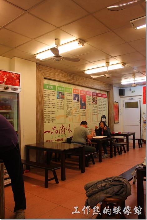 墾丁一品滷味的店面,有座椅還有冷氣,在台灣這還是我第一個看到有店面的滷味攤。