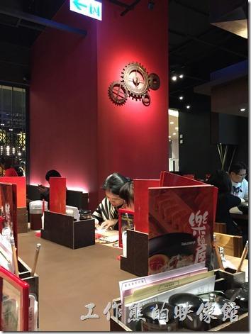 台北南港-樂麵屋。樂麵屋南港中信總部店的內部裝潢牆面以紅色系為主,牆上還有一個蠻別緻的齒輪時鐘。