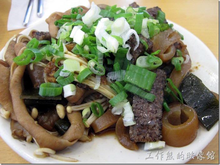 台南-茂爸的麵。這是我們點的滷味小菜。