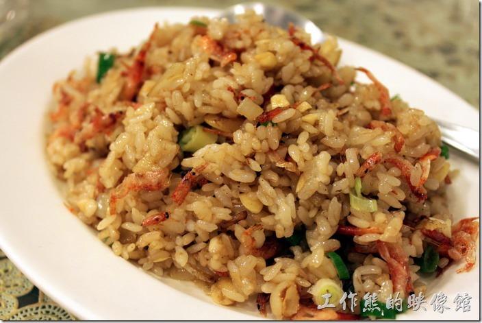 東港-國珍海產店。櫻花蝦炒飯,NT$100。炒飯好吃,米飯粒粒鮮明,不過老闆似乎偏好加醬油調味。