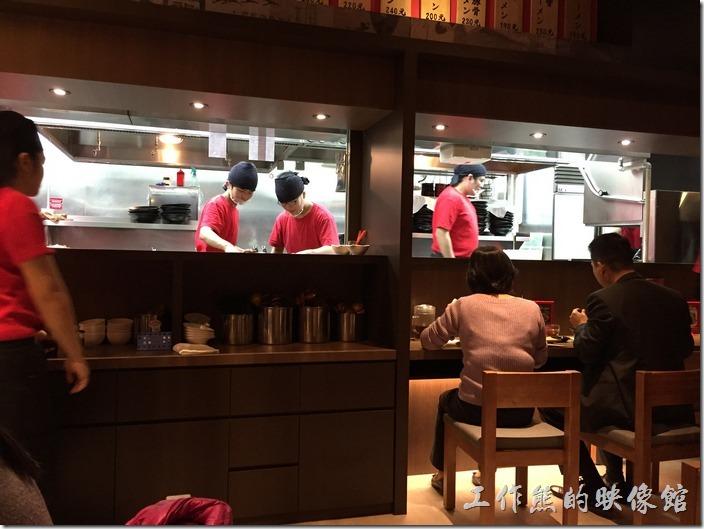 台北南港-樂麵屋。樂麵屋南港中信總部店採用開放式廚房,有興趣的還可以坐在廚房邊欣賞煮麵的過程。
