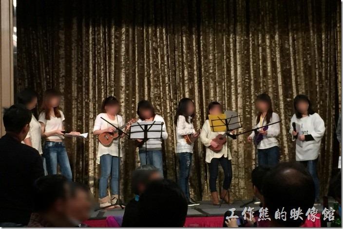 眾美女們的烏克麗麗彈唱表演。