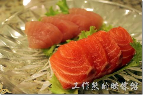 東港-國珍海產店。生魚片。因為只有我一個人吃生魚片,所以點了小盤的,有鮭魚跟旗魚生魚片各四片,吃起來也很新鮮。 不過美中不足的是這裡用的居然是傳統醬油而不是薄鹽醬油,配上生魚片吃起來有點死鹹。