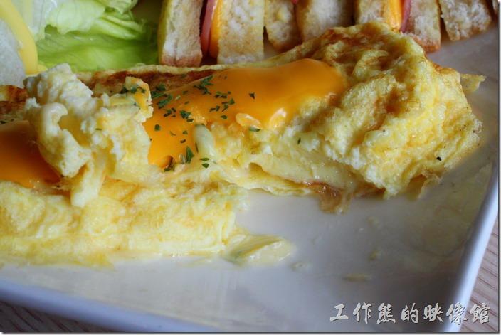 台南-蒂兒咖啡早午餐。這是我個人推薦的「歐姆蛋」,它的歐姆蛋煎得軟硬適中,有點類似千層蛋的煎法,把煎蛋的中間切開,內裡也兼得幾乎快熟的狀態,吃得到軟嫩,蛋吃不到黏膩。