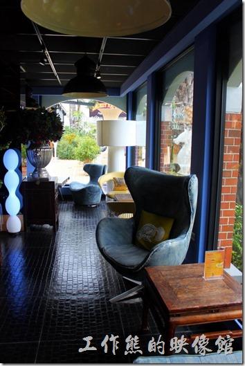 墾丁-冒煙的喬雅客商旅。大廳內有著各式不同材質的個人蛋型座椅,可以讓由客座著休息。