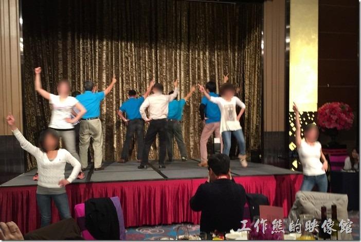 今天尾牙的高潮戲碼,眾長官們一起跳目前網路最夯的小蘋果,還有七位仙女伴舞帶動。