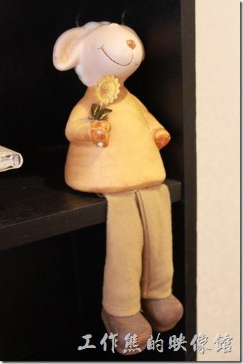 台南-沛里歐咖啡館。時鐘書架上也坐著幾隻綿羊的裝飾品。