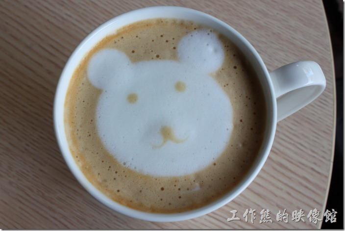 台南-蒂兒咖啡早午餐。再來一張拿鐵咖啡上面小熊拉花的特寫。