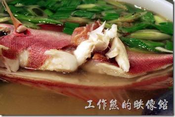 東港-國珍海產店。這條魚不便宜,裡面還有魚卵,大概 NT$500多一點點,稱重算錢的。