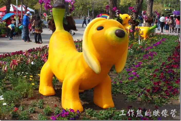 台南-2015百花祭。如蕉似七果。用香蕉做成的臘腸狗造型甜點,把日常水果融入台南文創,可愛的香蕉狗狗熱情的迎接到訪的遊客。