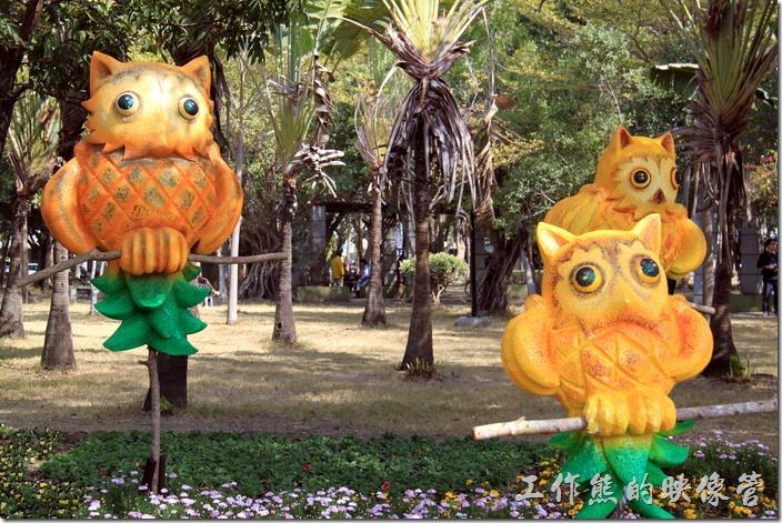 台南-2015百花祭。鳳梨貓頭鷹。鳳梨做成的貓頭鷹造型,使用台南特產的鳳梨當素材,將鳳梨化身為貓頭應在樹林中休息。
