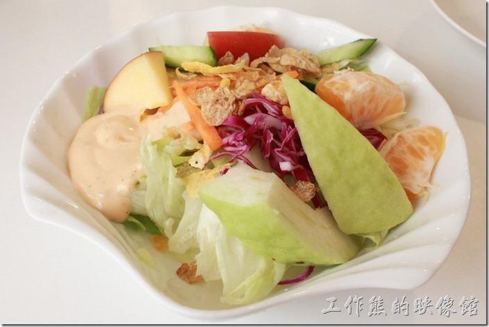 台南-沛里歐咖啡館。早午餐的蔬菜水果沙拉。老闆沒有問醬汁而直接端出來千島醬,所以不知道有沒有其他醬汁可以選擇,水果及蔬菜都很新鮮好吃,上面還放了一些玉米片。
